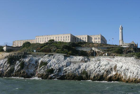 En la isla se encuentra la ya abandonada prisión, el faro más antiguo en...