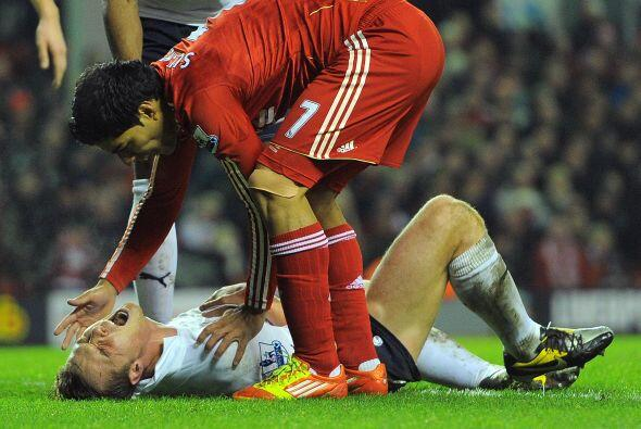 Suárez golpeó con gran fuerza el estómago de Scott Parker, a quien dejó...