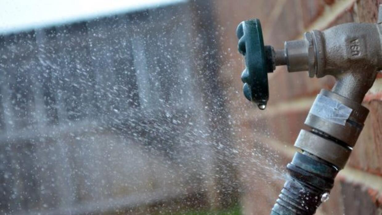 Cierre bien las llaves cuando termine de regar su jardín o lavar los pla...