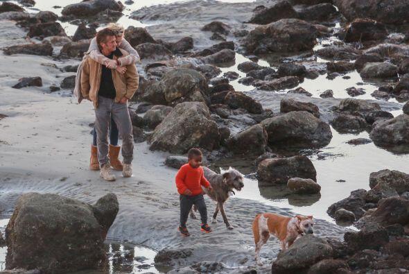 Jackson jugaba con sus mascotas mientras mami abrazaba a Sean. Más video...