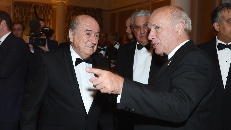 Greg Dyke charlando con Joseph Blatter en una reunión del 2013.