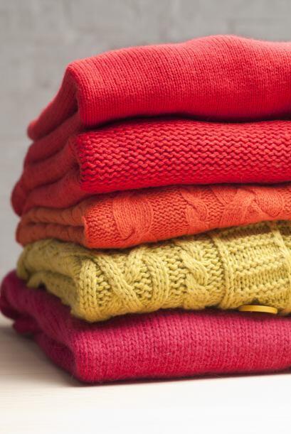 No cuelgues los tejidos. Evita colgar tus suéteres, ponchos y otr...
