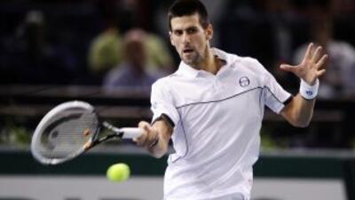 Novak Djokovic, número 1 mundial, que tiene un problema en el brazo, con...