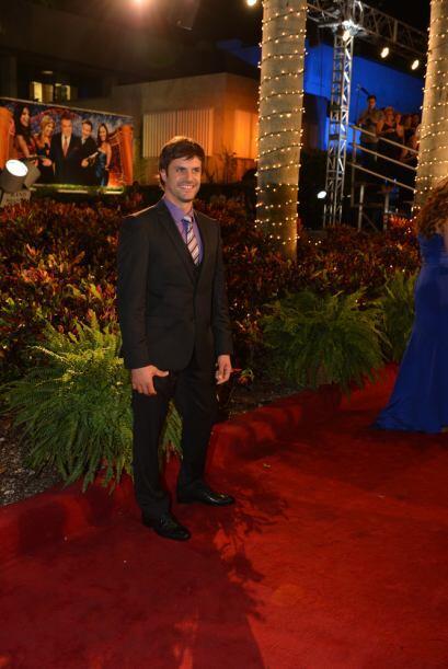 Mark Tacher llegó a la alfombra roja luciendo guapísimo.