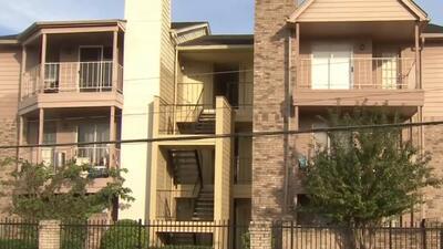 Alerta por sospechoso que fue sorprendido masturbándose en la entrada de un complejo de apartamentos en Houston