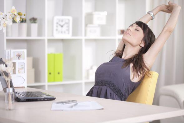 Deja caer tu cabeza hacia atrás y realiza cinco respiraciones profundas,...