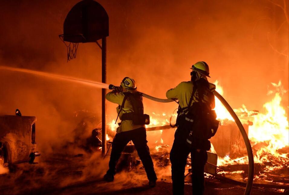 Cientos de bomberos aún siguen luchando contras las flamas del fu...
