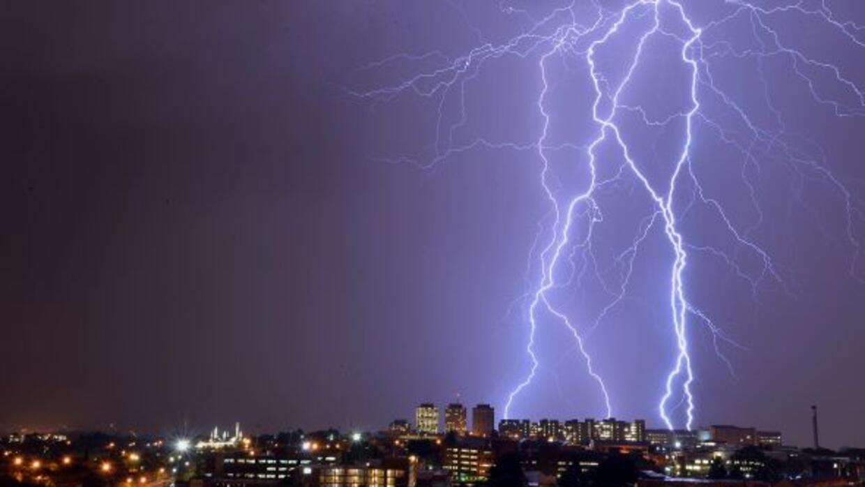 El cielo de Johannesburgo se iluminó con estos rayos. Ésta...