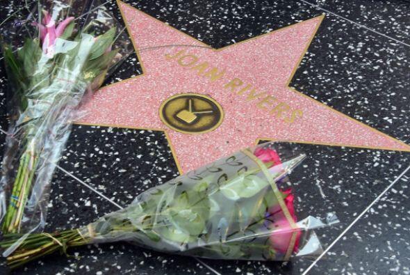 En su estrella, la gente que admiraba a la famosa colocaron varias rosas.