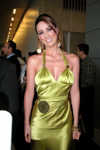 Jacqueline Bracamontes lució espectacular con este vestido metálico en e...