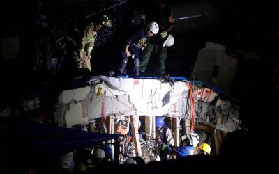 Labores nocturnas en el Colegio Enrique Rébsamen para rescatar a...