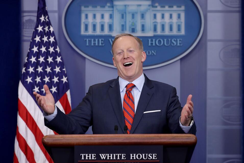 Cinco mentiras que ya son parte del legado de Sean Spicer GettyImages-66...