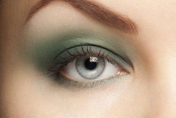 Ojos que dan miedo. Si eliges la sombra verde, cubre el resto de tu rost...