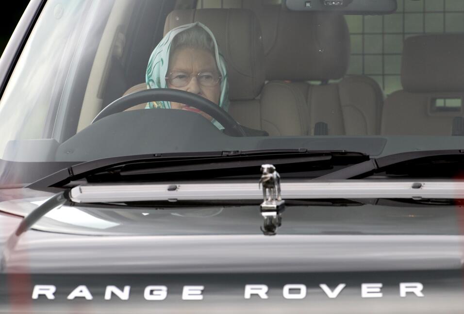 A los 91 años la reina Isabel II conduce 60 millas para ir a misa GettyI...