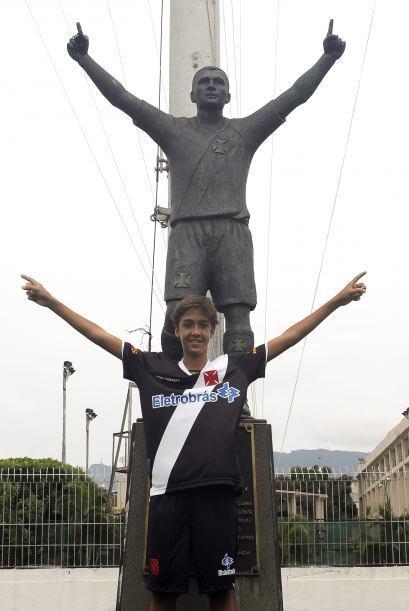 La estatua de Romario, la foto de Romarinho, el fútbol corre por las ven...