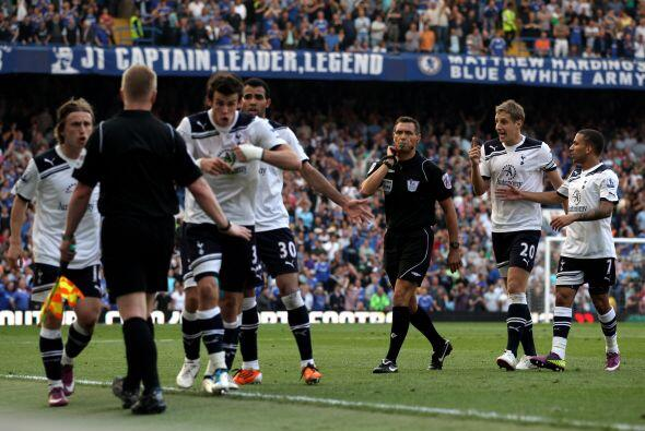 Los jugadores del Tottenham protestaron porque aseguraban que la pelota...