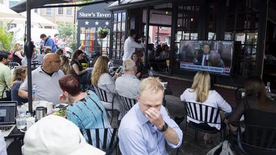 Bares y restaurantes se convirtieron en escenarios de debate durante el testimonio de James Comey