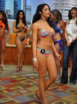 Anette Hernández lució un bikini multicolor que arrebató silbidos y piró...