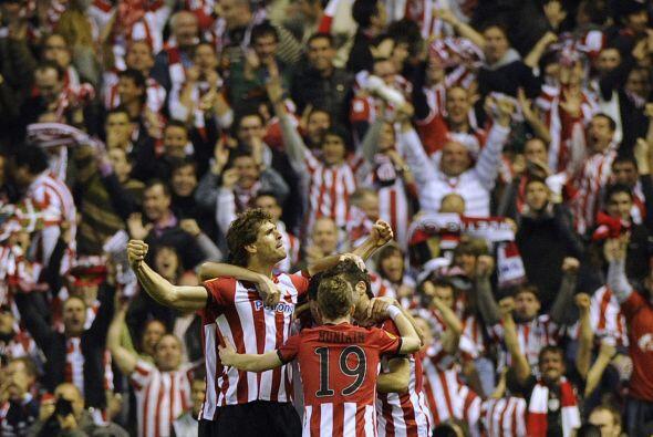 La afición del Bilbao estalló en júbilo tras el gol...