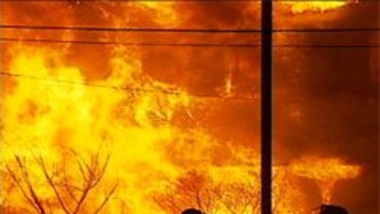 Un incendio de tres alarmas consumió varias unidades de un complejo de a...
