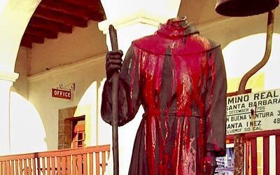 La estatua decapitada de Junípero Serra en la Misión de Sa...