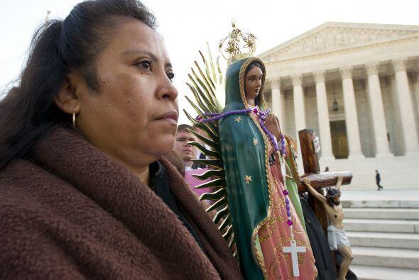Protestan frente a la Corte Suprema por la SB1070   Partidarios y detrac...