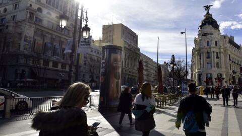 Una sección de la Calle de Alcalá, junto a la Gran V&iacut...