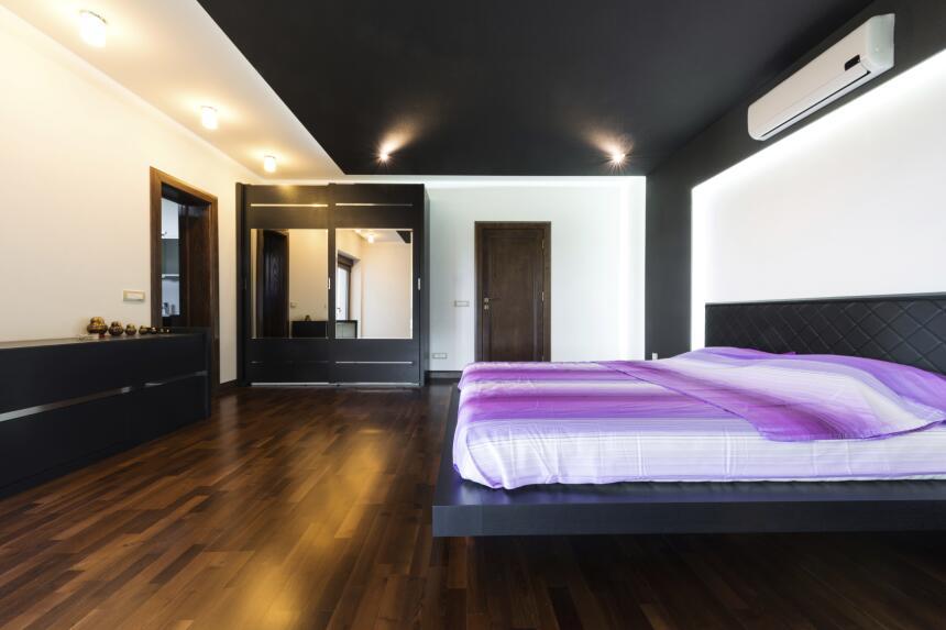 Para hacer el dormitorio aún más acogedor puedes utilizar iluminación su...