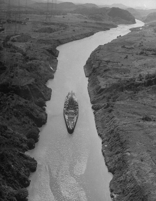 Un acorazado de la armada de los Estados Unidos cruza el canal en 1945.