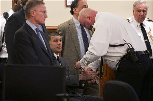 Un guardia le esposó las muñecas tras el veredicto (AP-NFL).