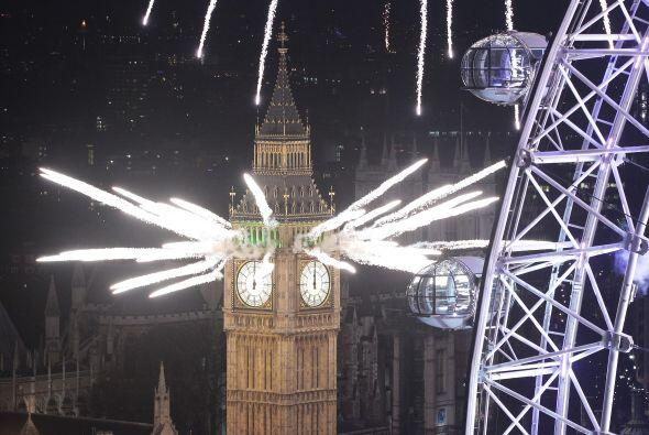 El mundo recibió el domingo el Año Nuevo con una espectacular explosión...