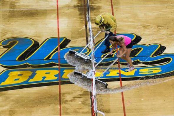El campo de UCLA quedó literalmente bajo agua, y los Bruins se en...