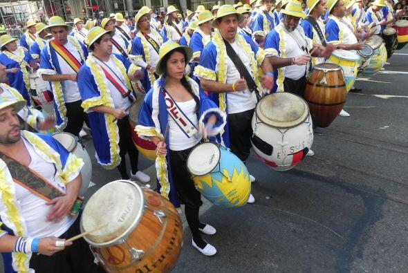 Familias hispanas desfilan por la 5ta Avenida 63981bbac3b845c998770e0ea7...