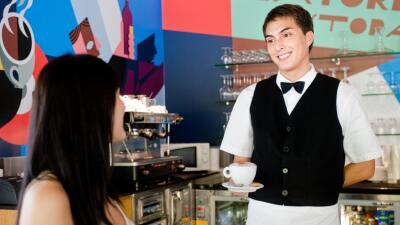 El 60 % de los jóvenes empleados en restaurantes y pequeños comercios es...