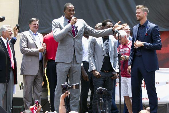 El codiciado centro dejó a los Lakers de Los Ángeles y decidió convertir...