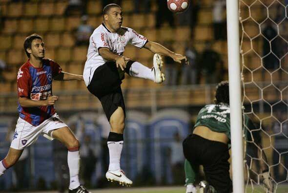 """Luego de un rebote en un defensor de Cerro, el """"gordinho"""" Rona..."""