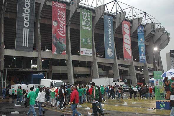 El público disfruta la explanada del Estadio minutos antes de que...
