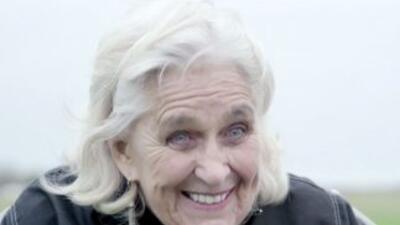 Conoce a Dylis Price, la paracaidista más vieja del mundo y sin duda la...