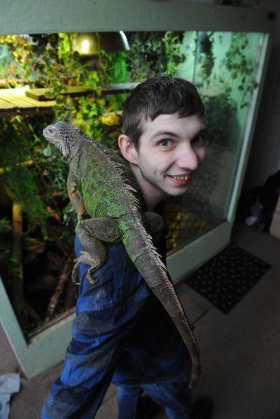 Shaun, de Crewe, Cheshire, mantiene a sus 32 reptiles en su dormitorio....