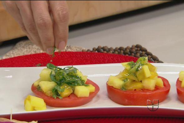 """Esta deliciosa ensalada """"Capresse Caribeña"""" es muy fácil de preparar, só..."""