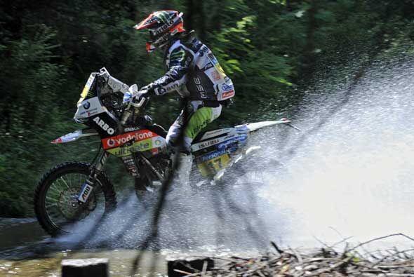 Ya plena carrera, el portugués Paulo Goncalves, supera un paso con agua...