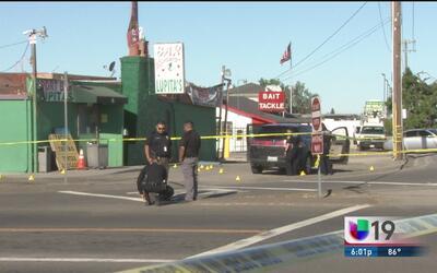 Balean mortalmente a un hombre y una mujer junto a un bar en Stockton