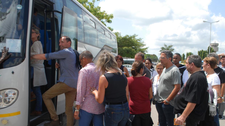 Los pasajeros fueron trasladados a hoteles en autobús.