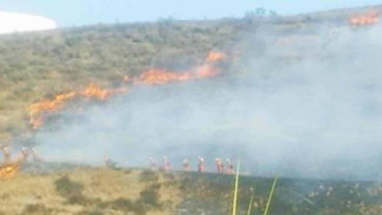 El incendio consumió 10 acres y dejó un bombero herido.