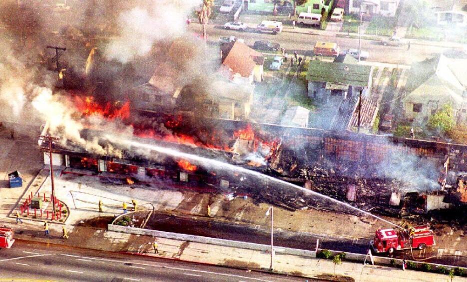 Cientos de negocios fueron saqueados incendiados, sobre todo en Sur Los...