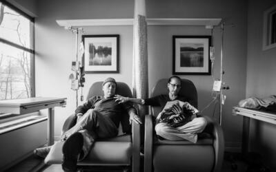 """Papá llamó a estas """"sillas de él y de ella"""". Se sentaba al lad..."""