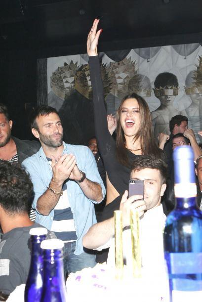 Alessandra llevó la actitud de festejo durante toda la noche.Mira aquí l...
