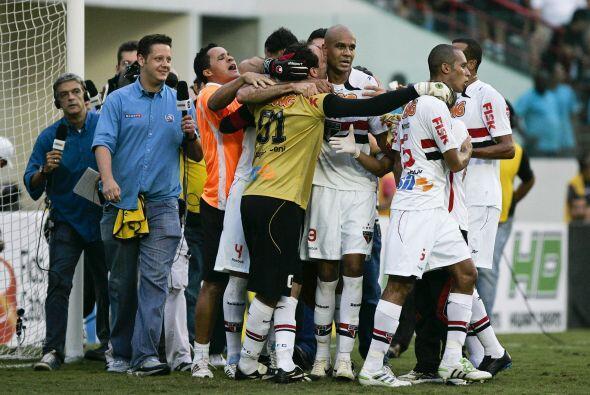 El portero y capitán del club Sao Paulo brasileño anotó su centésimo gol...