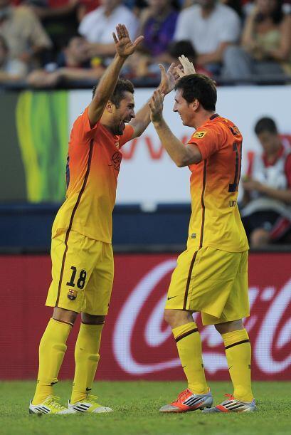 A pase de Jordi Alba, Messi impactó el balón de primera intensión y lo p...