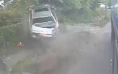 La cámara de un autobús capta el momento en que un auto pierde el contro...